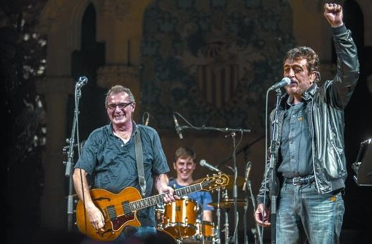 Manolo García (derecha), en su aparición en el Palau para interpretar una canción con Quimi Portet.