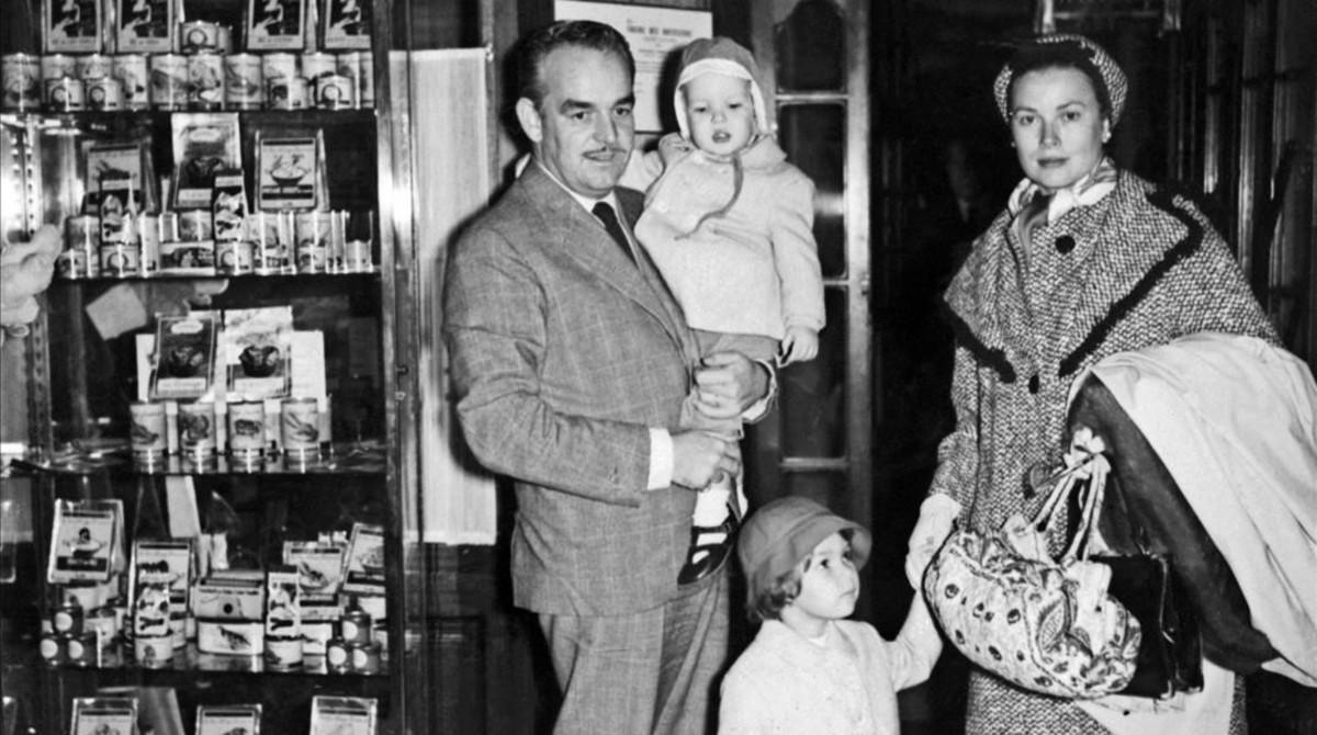 El príncipe Rainiero de Mónaco posa junto a su esposa, Grace Kelly y sus hijos Carolina y Alberto.