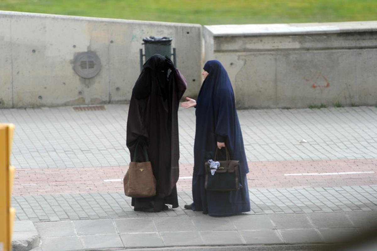 Dos musulmanas vestidas con el velo integral, en una calle de Lleida.