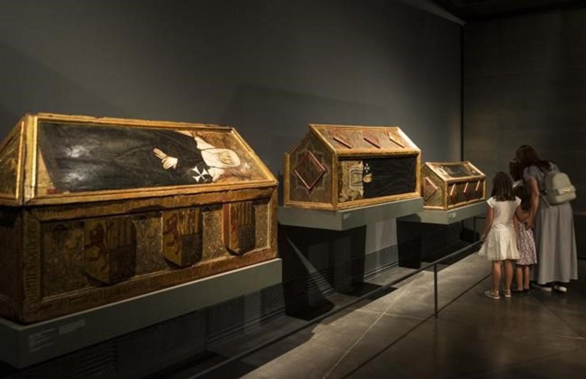 Tres de las cajas mortuorias expuestas en Lleida y que deben ser devueltas a Sijena, según la ejecución provisional de la sentencia por los 97 bienes del monasterio.