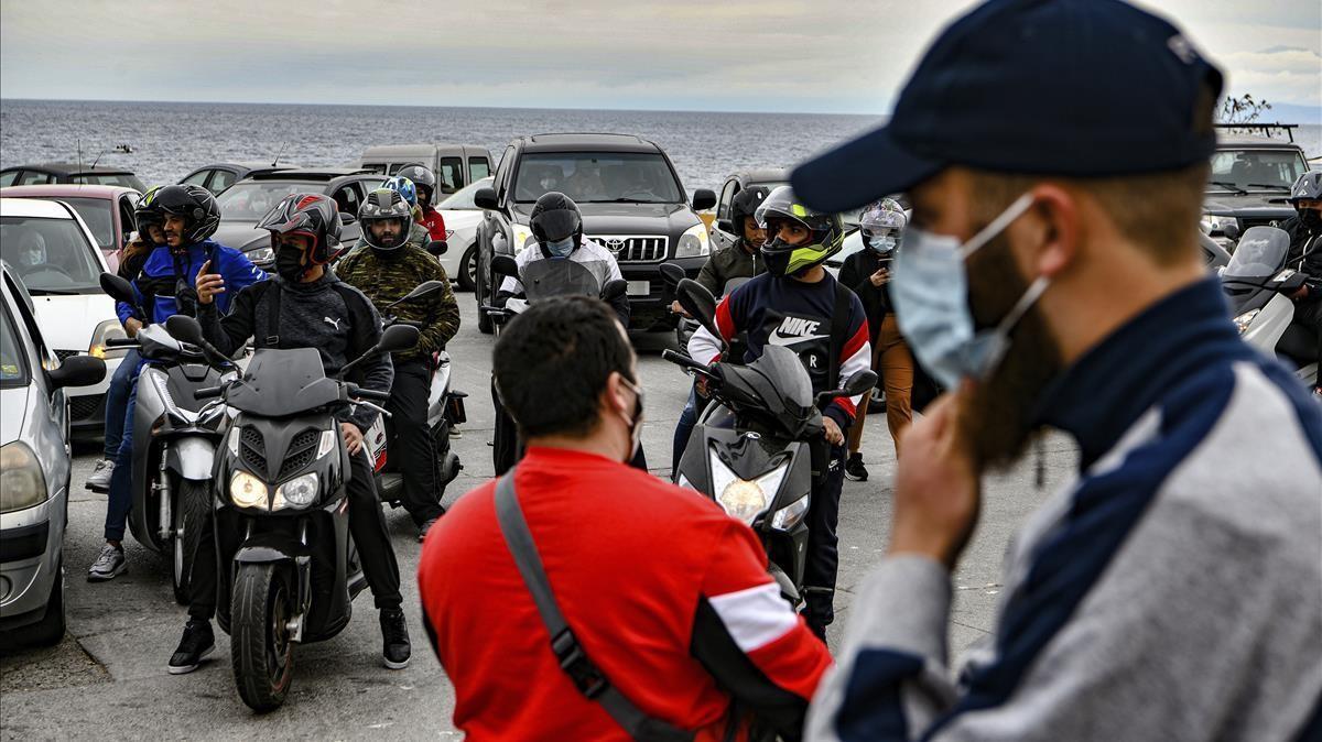 Varias personas participan en una manifestacion en coche para pedir retrasar el toque de queda en Ceuta, este lunes.
