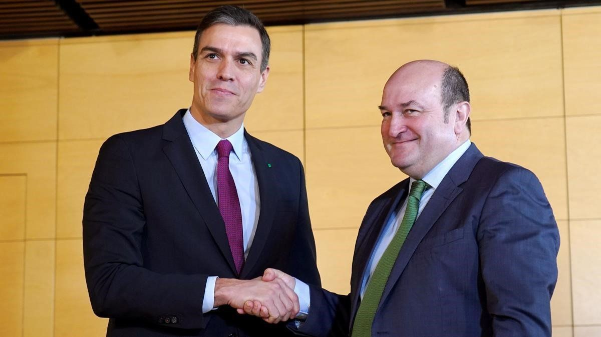Sánchez y Ortuzar firman un acuerdo para la investidura