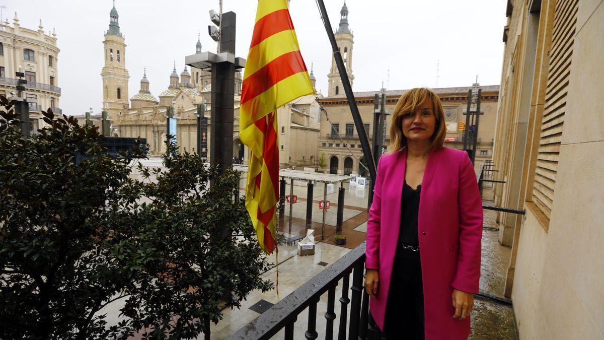 Pilar Alegría, en el balcón de la Delegación del Gobierno, en la plaza del Pilar de Zaragoza.