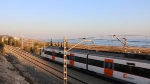 Un tren de Rodalies circulando por la costa