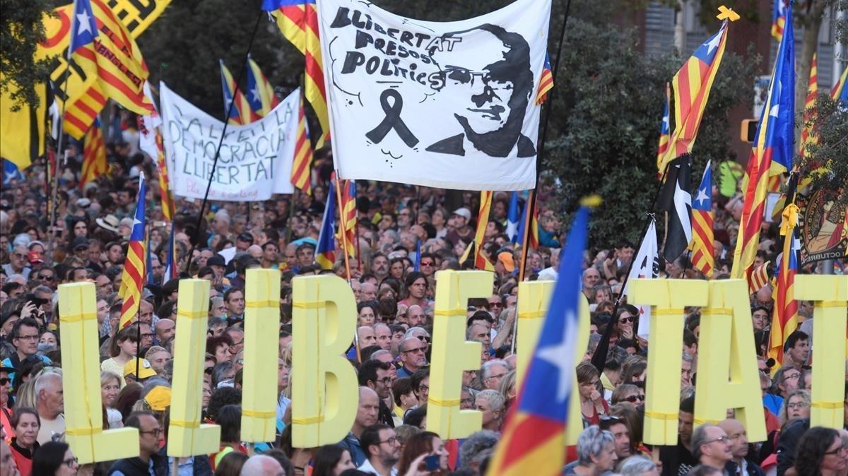 Manifestación independentista en Barcelona en rechazo a la sentencia del 1-O y para pedir la libertad de los presos, el 26 de octubre de 2019.