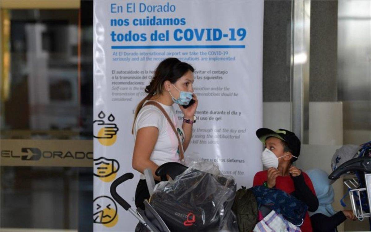 Pasajeros con mascarillas por coronavirus en el aeorpuerto de Bogotá, Colombia.
