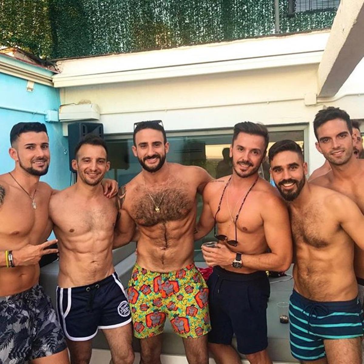 Alejandro Amenábar (segundo a la izquierda) con Eliad Cohen (centro), en una fiesta en una piscina. / INSTAGRAM Eliad Cohen.