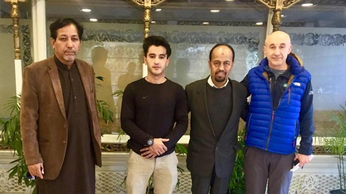 Alex Goldfarb (derecha, con una chaqueta azul) posa con tres miembros del Club Alpino de Pakistán en Islamabad, el pasado 29 de diciembre.
