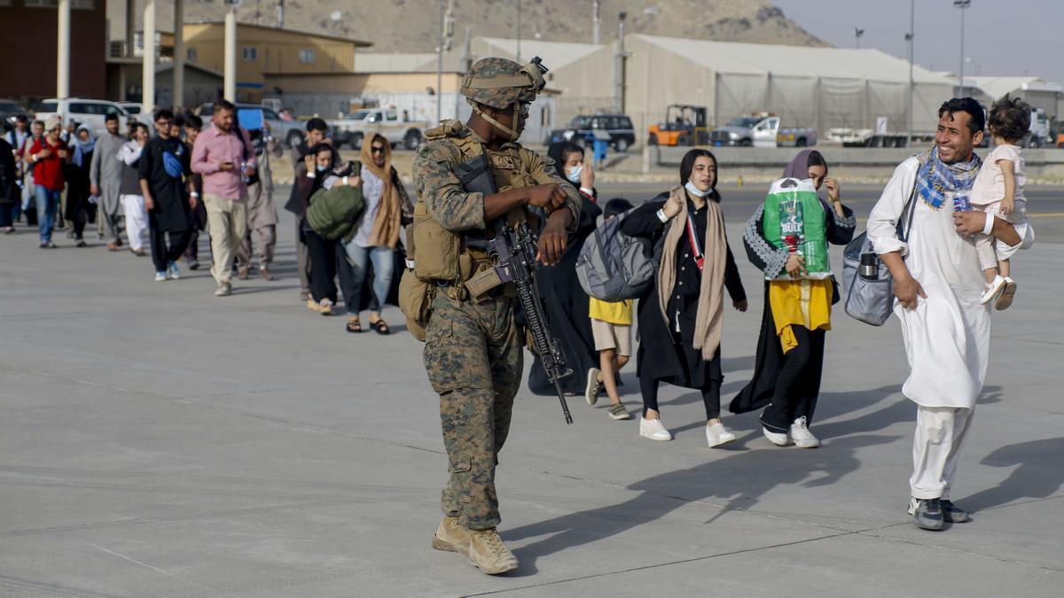 Civiles afganos evacuados por el ejército de Estados Unidos.