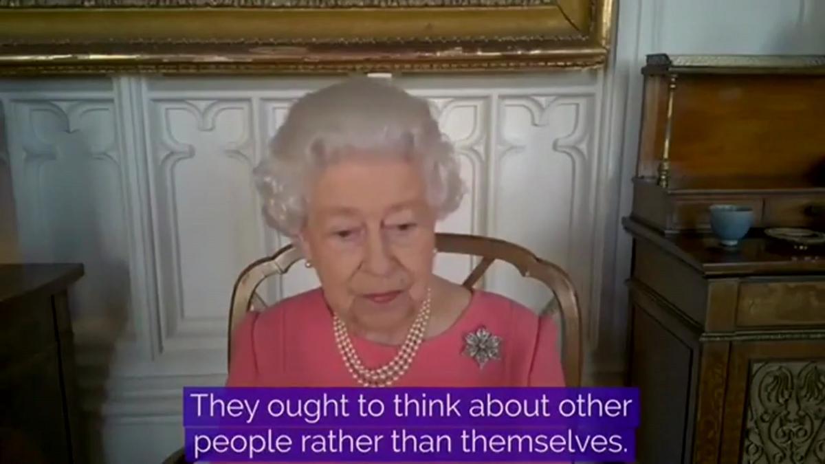 Isabel II anima a la gente a vacunarse del covid y pensar en los demás.