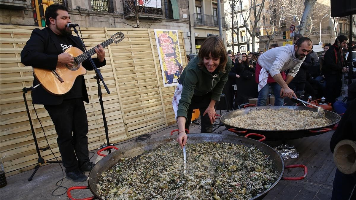 Preparación del arroz con bacalao, durante una actuación rumbera.