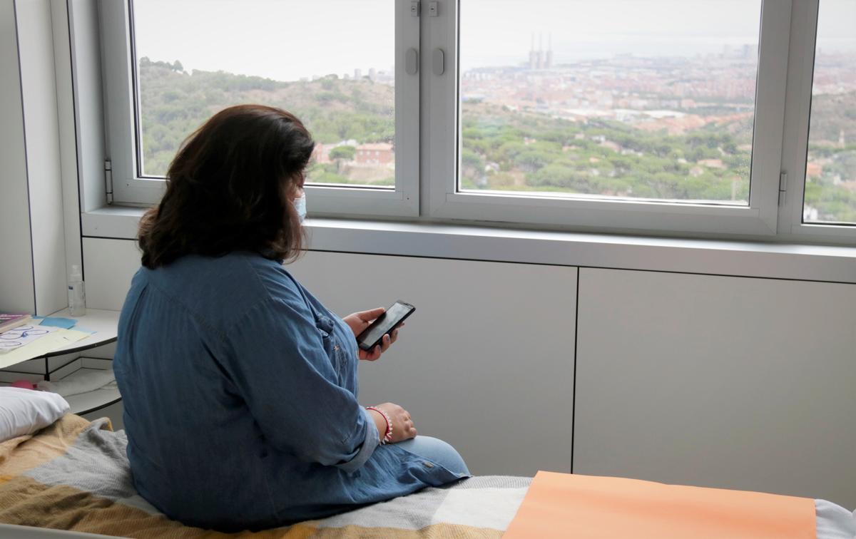 Una paciente de la unidad de psiquiatría del Hospital Can Ruti de Badaloan en su habitación.