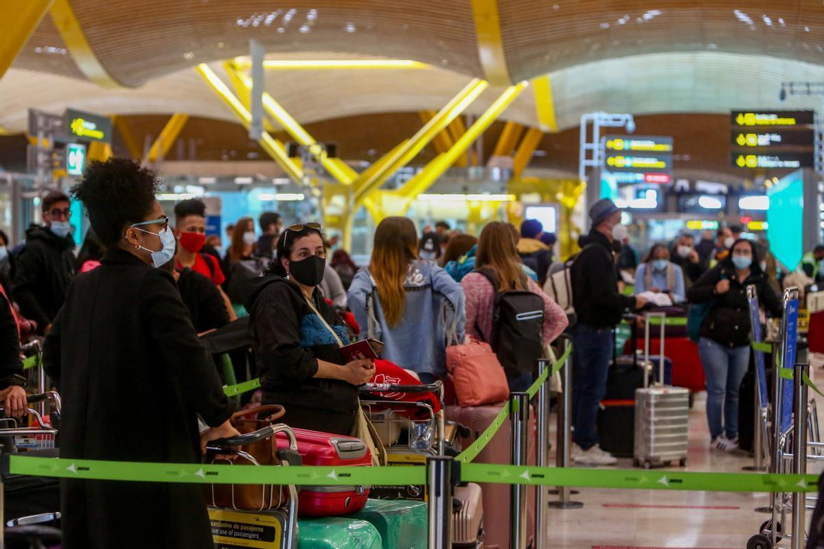 Pasajeros esperando en un aeropuerto para embarcar.