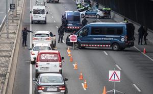 Control de movilidad de los Mossos d Esquadra en la Gran Via a la altura de la calle de Bilbao, en Barcelona.