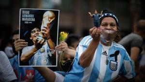 Cientos de personas despiden a Maradona en la Casa Rosada.