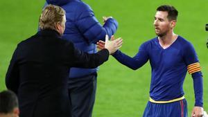 Koeman y Messi se saludan tras un partido.