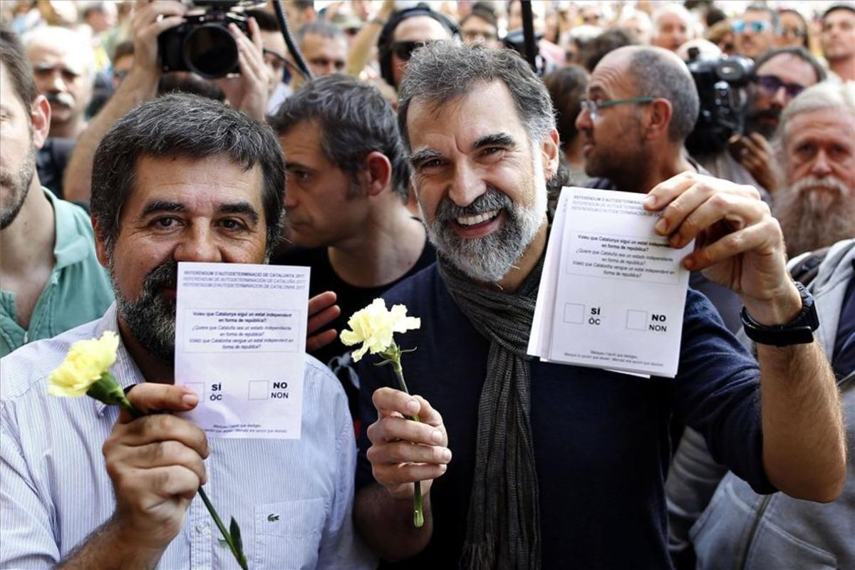 El presidente de la Asamblea Nacional Catalana (ANC), Jordi Sanchez, y el d Òmnium Cultural, Jordi Cuixart, muestran papeletas del referendum del 1-O en Barcelona.