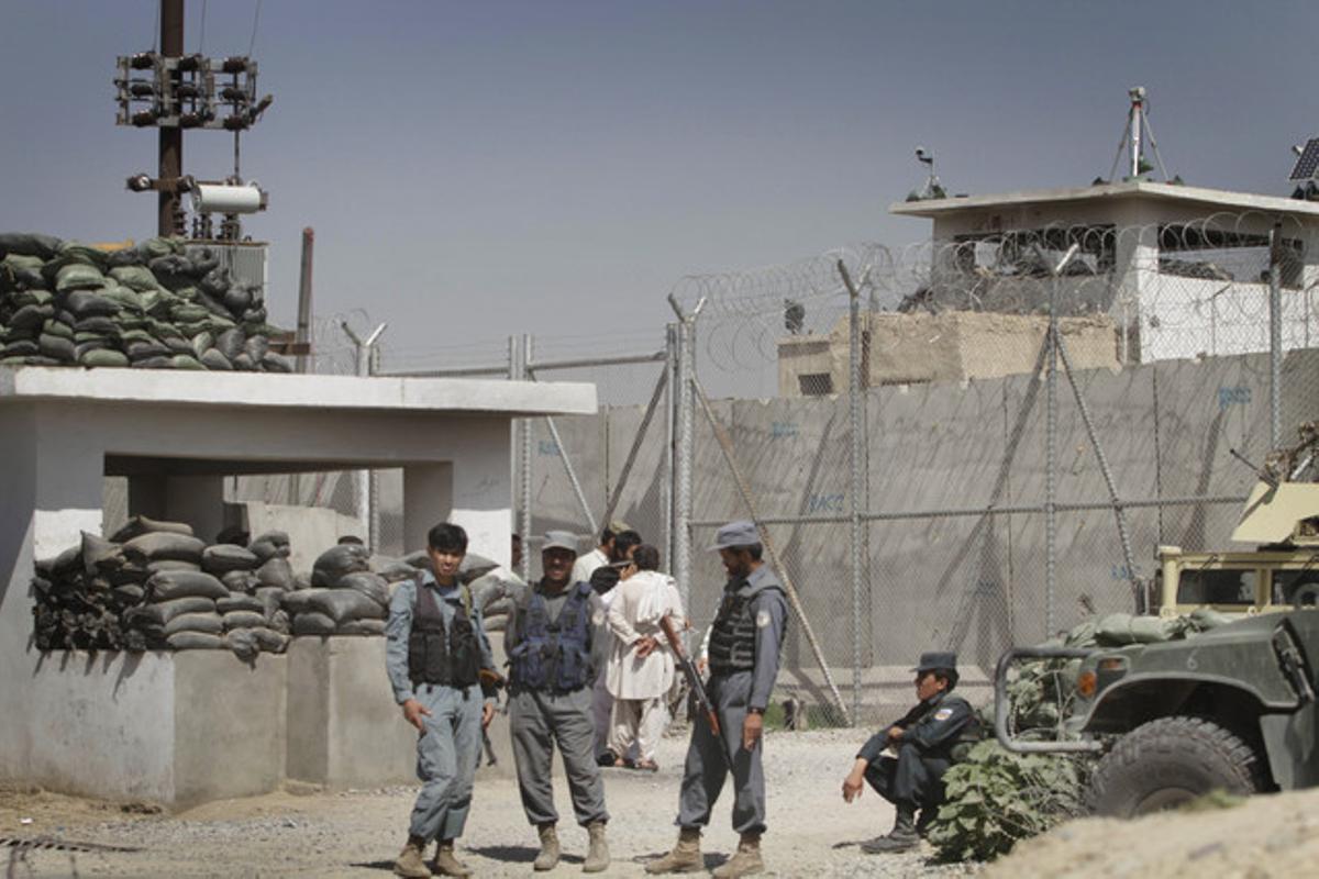 Policías afganos custodian la entrada a la cárcel de Kandahar.