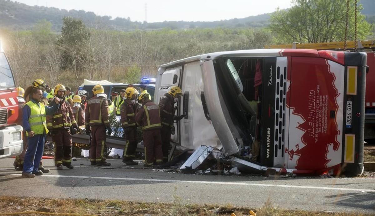 Estado en que quedó el autocar accidentado en la AP-7, a la altura de Freginals.