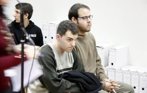 Hasél (derecha) yCiniko, sentados en el banquillo de los acusados.