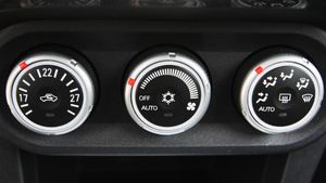 Detalle del aire acondicionado de un Mitsubishi.