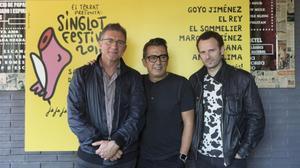 Fermí Fernández (izquierda), Andreu Buenafuente y Marc Martínez (derecha), junto al cartel delSinglot realizado este año por Mikel Urmeneta, que ha conservado el fondo amarillo y el pie rosa, imagen de la muestra.