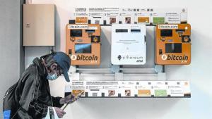 Terminales de Bitcoin ATM y Ethereum ATM en Hong Kong.