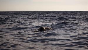 El cadáver de una mujer, flotando en el Mediterráneo a 20 millas al norte de Zuwarah (Libia), el 21 de junio.