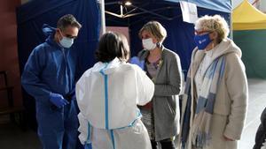La 'consellera' de Salud de la Generalitat, Alba Vergès (segunda por la derecha), en la sala donde se hacen los cribajes en Tremp (Pallars Jussà), este martes.