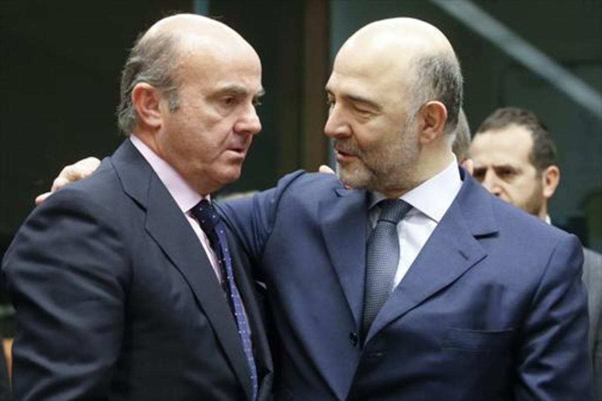 Luis de Guindos con el comisario europeo de Asuntos Económicos, Pierre Moscovici.