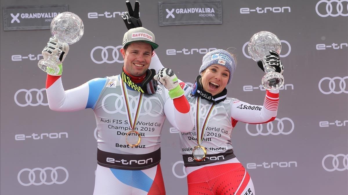 El suizo Beat Feuz y la austriaca Nicole Schmidhofer bromean tras ganar la general de descenso.