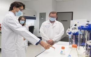 Justin Trudeau con científicos canadienses.