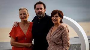 El director Aitor Gabilondoy las actrices Elena Iruretay Ane Gabarain, en la presentación de 'Patria', el año pasado en el Festival de San Sebastián.