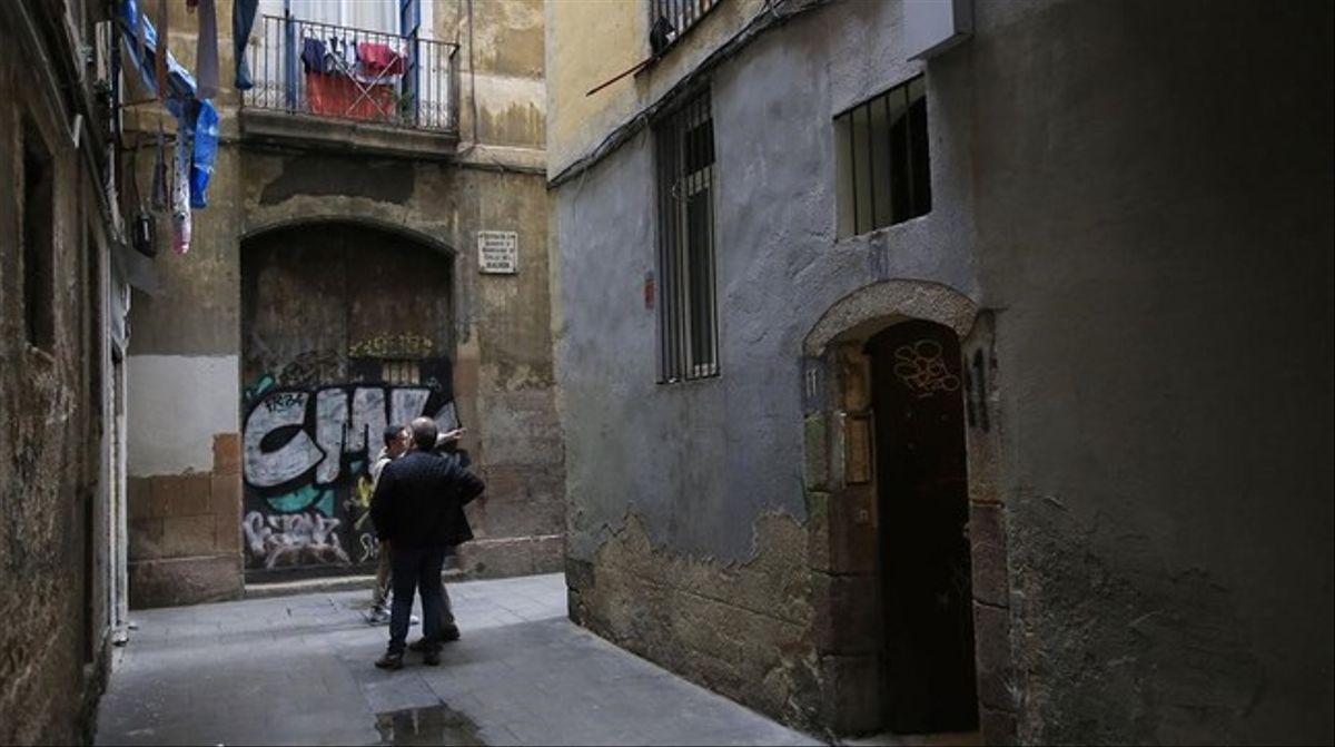 Portal del edificio del Raval en el que los Mossos han desarticulado el laboratorio del sospechoso.