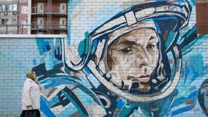 Una mujer pasa junto a un mural en el que aparece pintado el astronauta Yuri Gagarin en Krasnogorsk, este domingo.