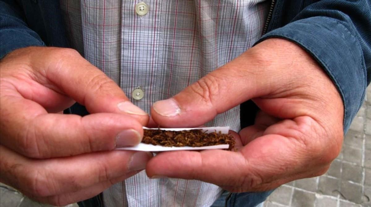 Un consumidor de tabaco de liar.