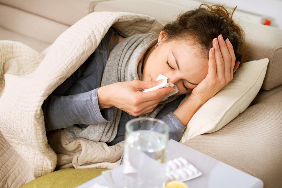 Una mujer sufre gripe.