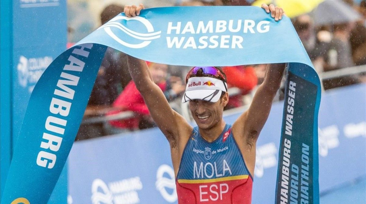 Mario Mola celebra su victoria en Hamburgo.