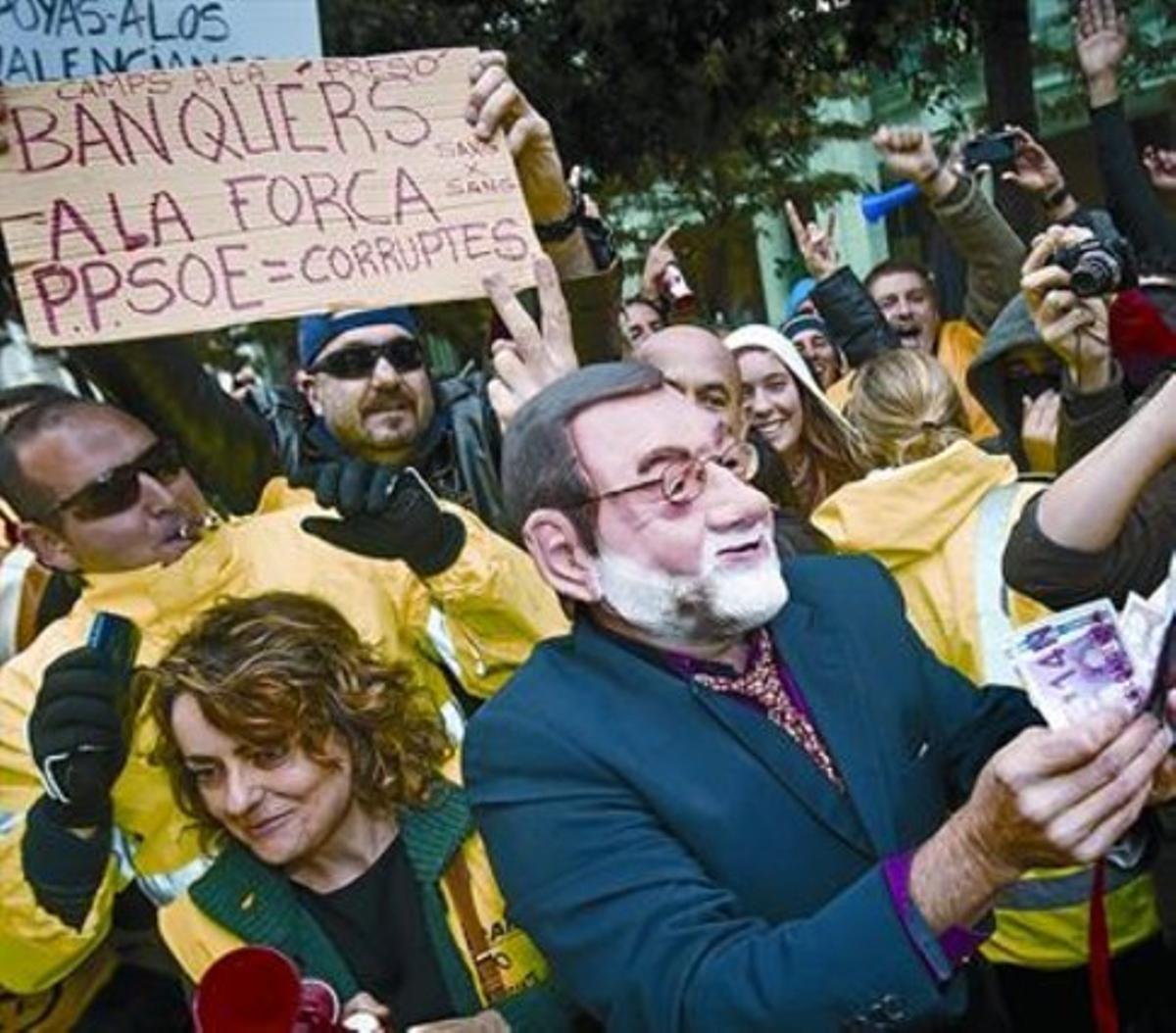 Protesta en Valencia, ayer, ante el congreso de directivos de la APD, al que asistió Rajoy.