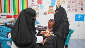 Una matrona ausculta a Rafiq, un niño de 7 mesesque sufre de malnutrición, en Adén (Yemen).