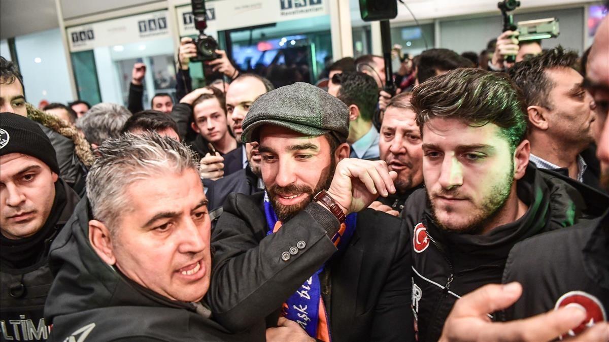Arda Turan, a su llegada al aeropuerto de Estambul después de fichar por el Basaksehir.
