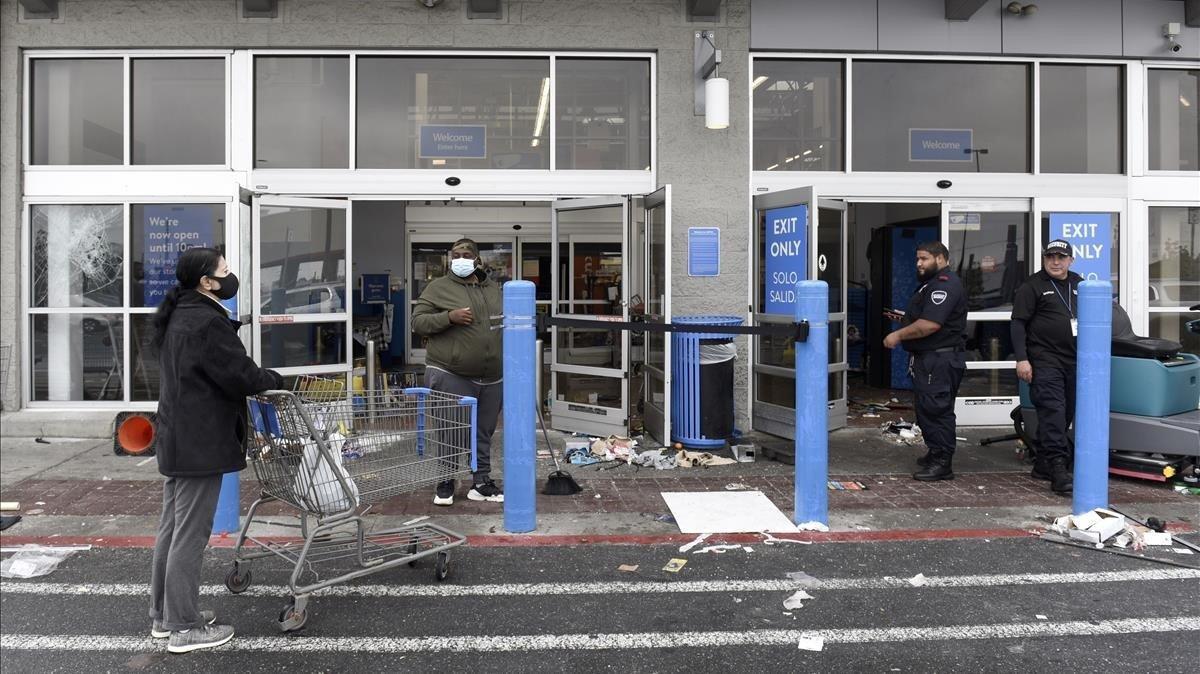 Un Walmart de Filadelfia destrozado en las protestas de Filadelfia por la muerte de Walter Wallace.