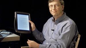 Bill Gates muestra el primer 'tablet' que lanzó Microsoft en el 2000 con pantalla táctil.