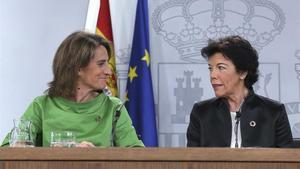 La ministra de Transición Ecológica, Teresa Ribera, junto a la Portavoz Isabel Celáa en la rueda de prensa posterior al Consejo de Ministros.