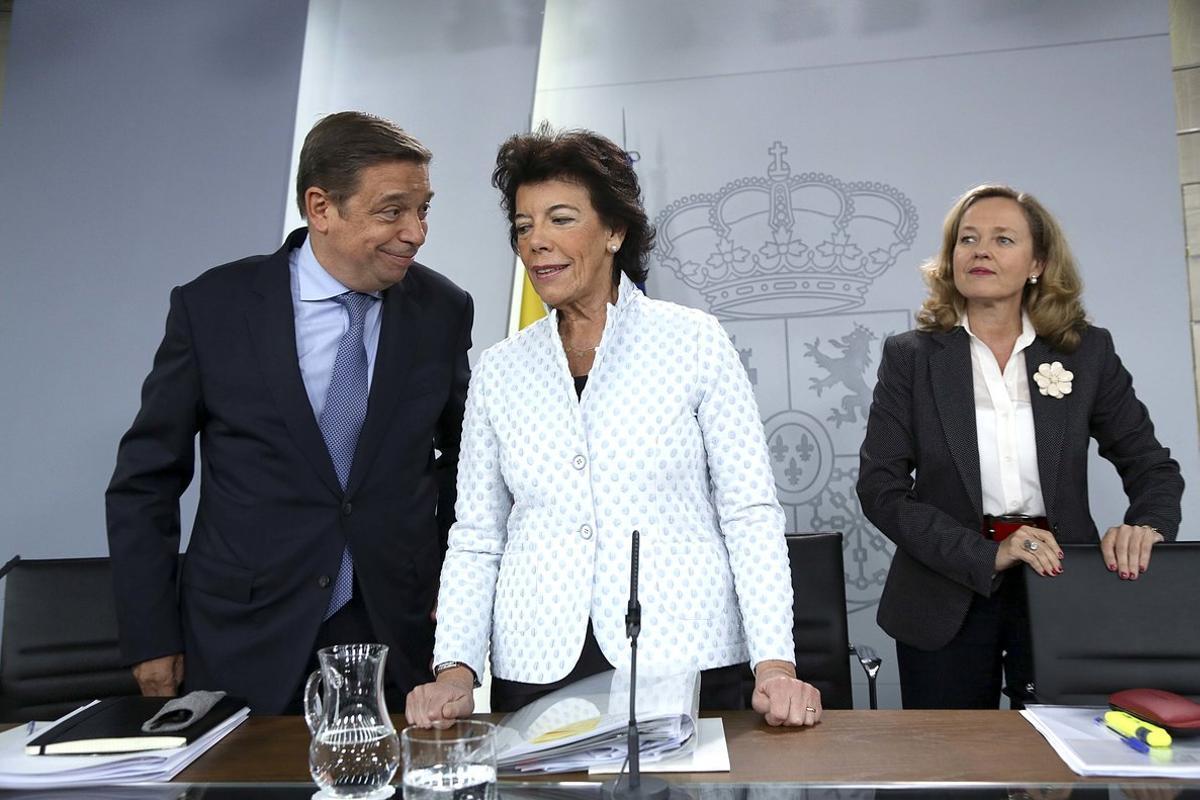 El minisro de Agricultura, Luis Planas, conversa con la ministra portavoz, Isabel Celáa, en presencia de la ministra de Economía, Nadia Calviño.