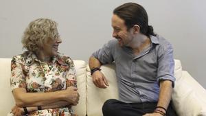 La alcaldesa de Madrid, Manuela Carmena, junto al secretario general de Podemos, Pablo Iglesias