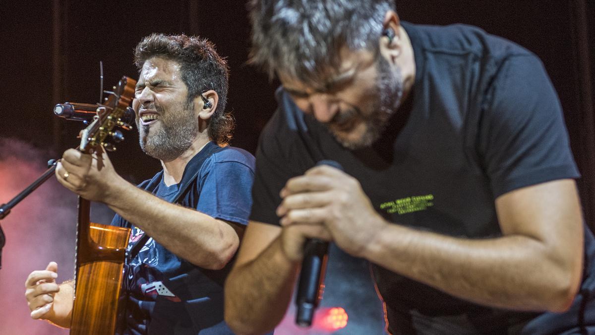Los hermanos David y José Muñoz, de Estopa, durante su concierto en el Festival Arts d'Estiu de Pineda de Mar.