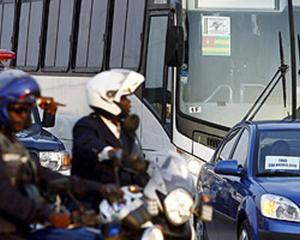 Policías angoleños escoltan al autocar de Togo hacia la Villa Olímpica, ayer.