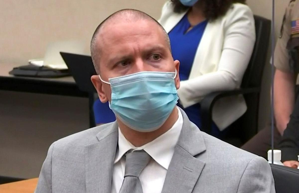 El expolicía Derek Chauvin escucha la sentencia que le condena a 22 años y medio de prisión por el asesinato de George Floyd.