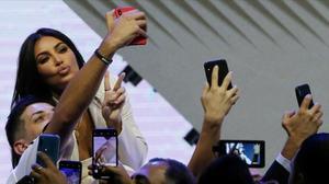 Reina en la era del selfi. Kim Kardashian, rodeada de fans en una visita a Armenia, de donde era originario su padre, hace un año.